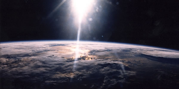 Sunlight_over_Earth_as_seen_by_STS-29_crew_-_GPN-2003-00025